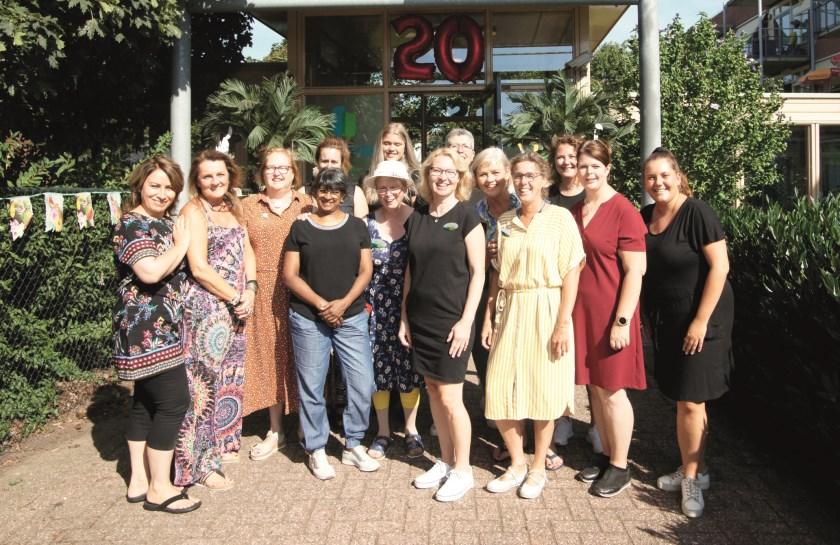 Medewerkers van De Meridiaan voor de ingang van het Westervoortse woon-zorgcentrum.