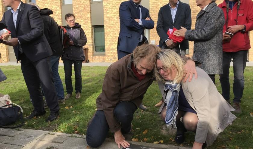 Een emotioneel moment voor de familie van Michel Stolker na de onthulling van de gedenksteen.