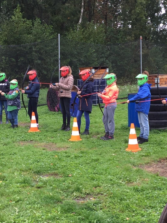 Meiden spelen Archery Attack. Foto: Ilka Aalderink © DPG Media