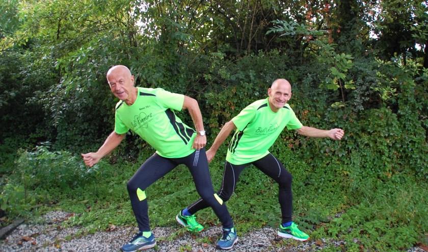 Eén en al energie voor het goede doel. Kees Smetsers en Henk van Gerven van de Bali Runners steunen elkaar bij het steunen van goede doelen.