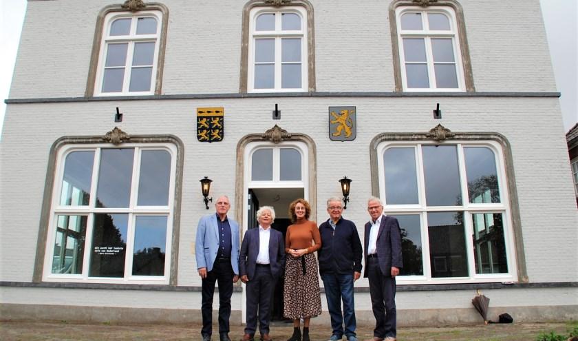Peter Grem, Ruud Severijns, Frits Speetjens en Piet Wijgergangs poseren met huidig burgemeester Judith Keijzers voor het oude gemeentehuis van de Beerzen.