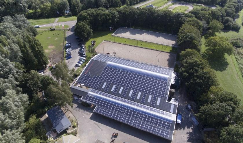 nieuwe dak met zonnepanelen stallen binnenplaats