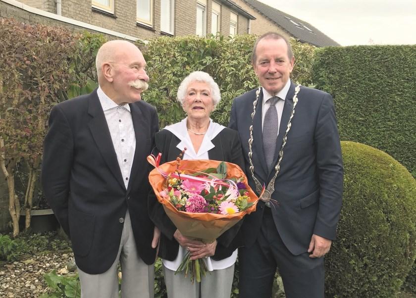 Burgemeester Rik de Lange bracht een mooie bos bloemen mee toen hij Lenie en Johan Mientjes kwam feliciteren met hun 60-jarig huwelijk.