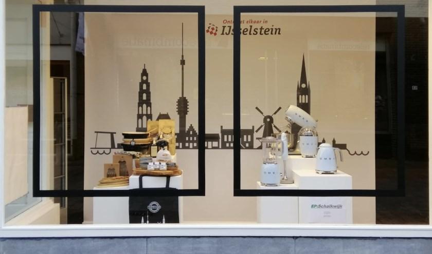 Geen 'zwarte gaten' door leegstaande panden in de binnenstad, maar mooie etalages. Net afgestudeerd Etaleur en Eventstylist Gerrie is blij met de kans die IJsselstein haar biedt. (Foto: G. de Bie)
