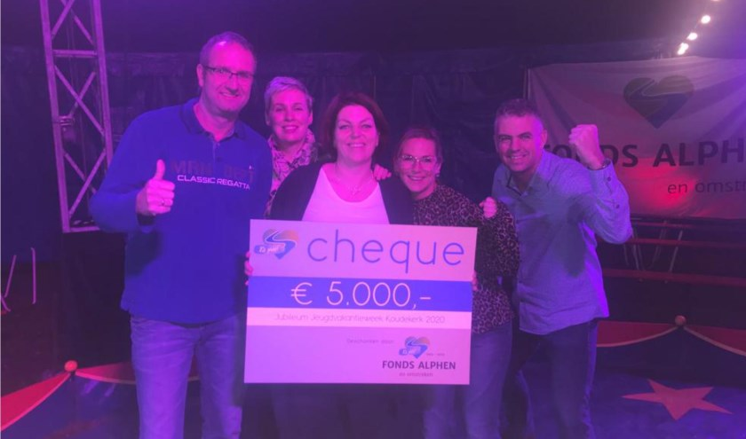 Het trotse bestuur van Jeugdvakantieweek Koudekerk met de gewonnen cheque twv € 5.000,-