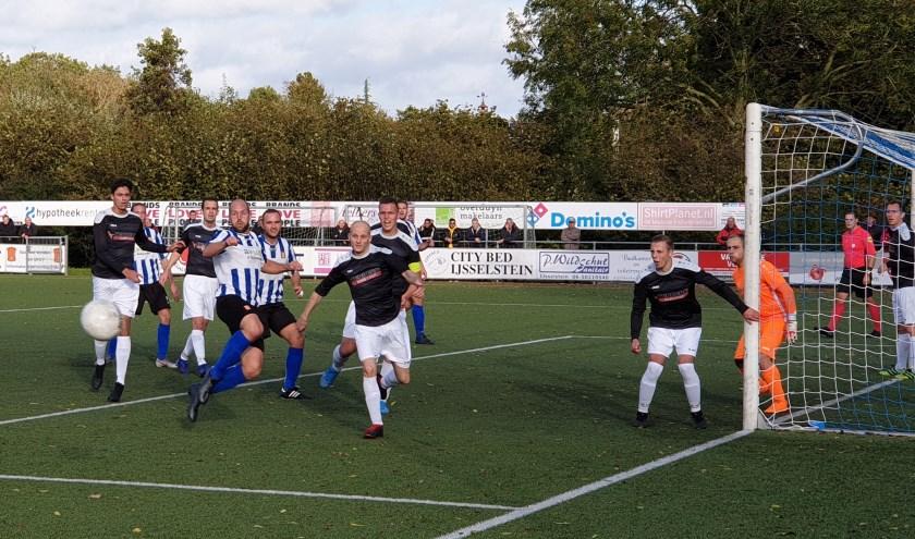 Een onverzettelijk Benschop verdedigde met succes de vroege 0-1 voorsprong tegen IJFC. (Foto: IJFC)