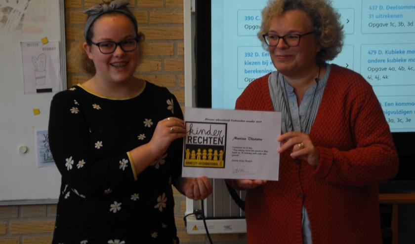 Winnares tekenwedstrijd Marissa Vlietstra en Amnesty-voorzitter Anne Timmerman.