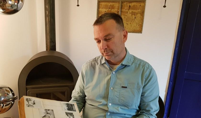 Huibert van Verseveld bladert in het dagboek van Johannes van Kooten. (Foto: PR)