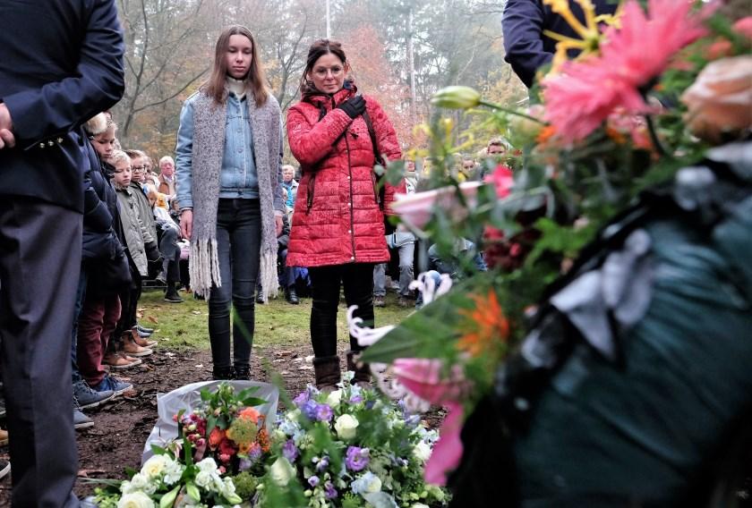 Dames uit Den Bosch leggen bloemstuk.