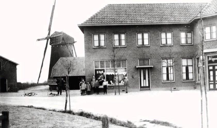 Kruidenierswinkel van de familie Lukassen met rechts het café en op de achtergrond de molen en maalderij. Foto: OVGG