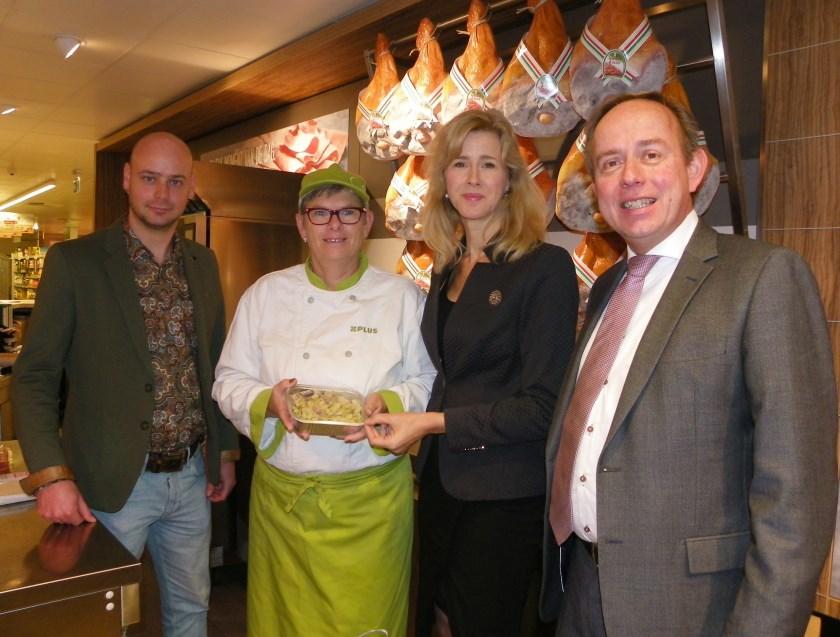 Marjan de Peinder (tweede van links) hoort bij de 'kookploeg' van Adriaan Verheul (links). Rechts Mona Keijzer en Kees van der Staaij.