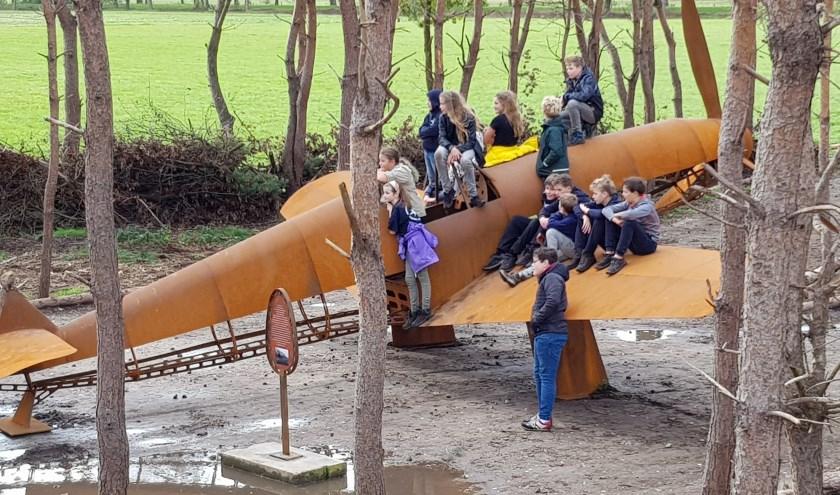 De jeugd heeft het nepvliegtuig snel ontdekt: scoutinggroep Berkel-Enschot amuseerde zich kostelijk en wilde wel op de foto voor de krant.