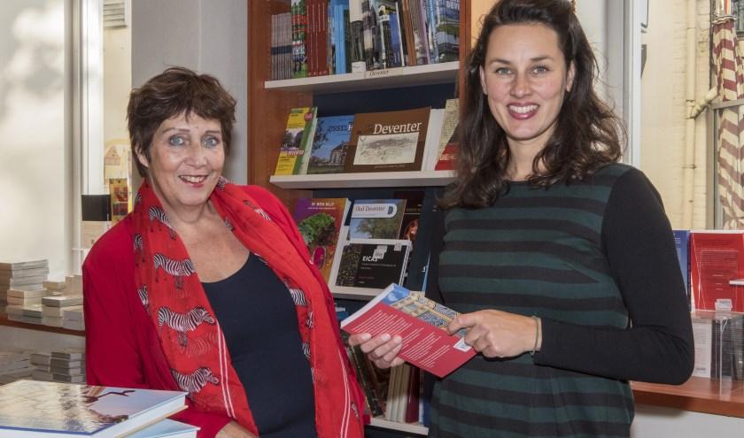 Ingrid van Bergenhenegouwen (links) en Annemarie Bakker tussen de boeken bij Praamstra. (foto Auke Pluim)