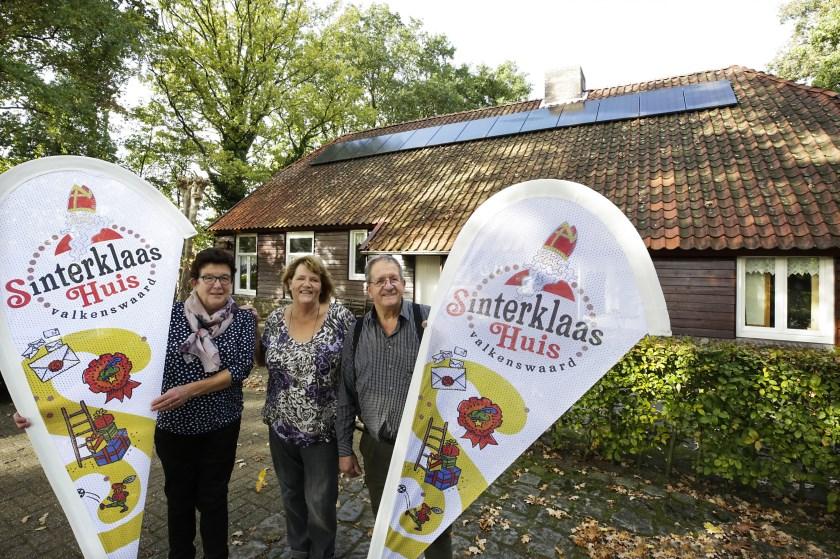 De organisatie tussen de vlaggen van het Sinterklaashuis in Valkenswaard. Foto: Jurgen van Hoof.