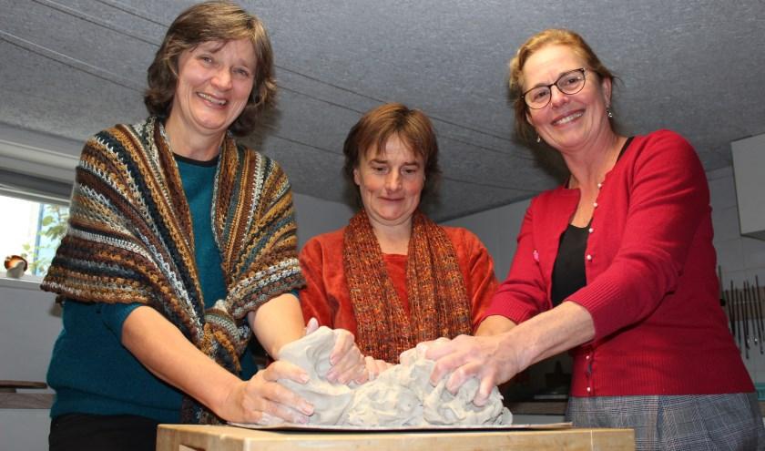 Van links af Anne Ponstein, Ake Haeck en Joke Wassenaar houden binnenkort Open Huis of Middag.