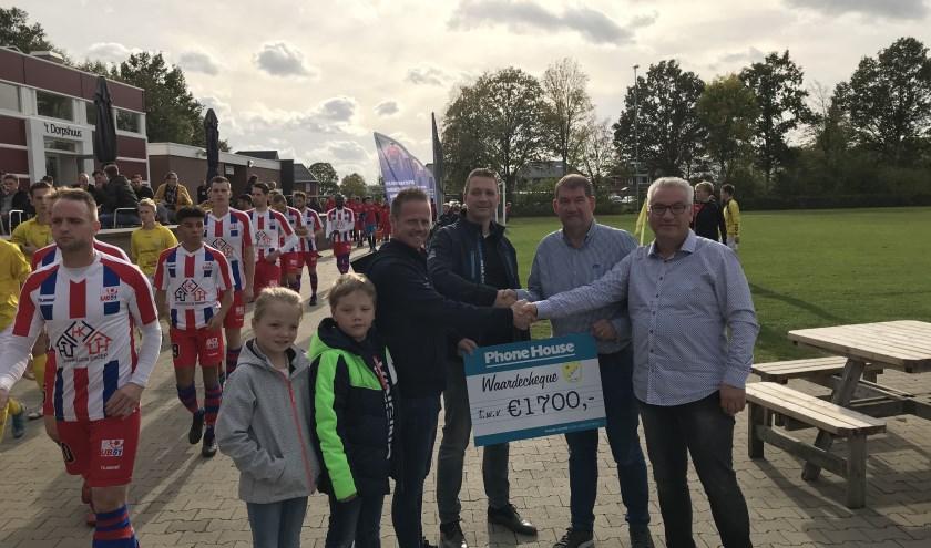 Phonehouse Oude IJsselstreek biedt GWVV de cheque aan.