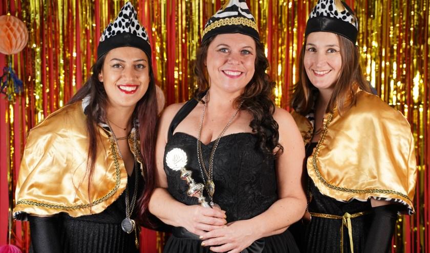 Prinses Nienke Célèbre le Festival zwaait de scepter bij de Femmes, ondersteund door haar raadsvrouwen Christel en Joanna. (Foto: Joanna Fotografie)