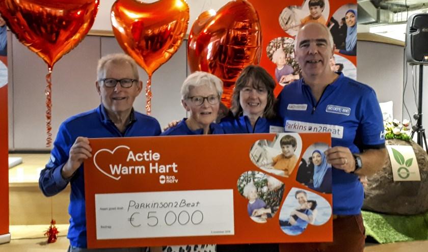 Wim Leenen, Jetty Leenen, Tirza van der Vaart en Ruud Overes ontvingen vrijdag 2 november In de KRO/NCRV studio een bedrag van 5000 euro voor de bestrijding van Parkinson.