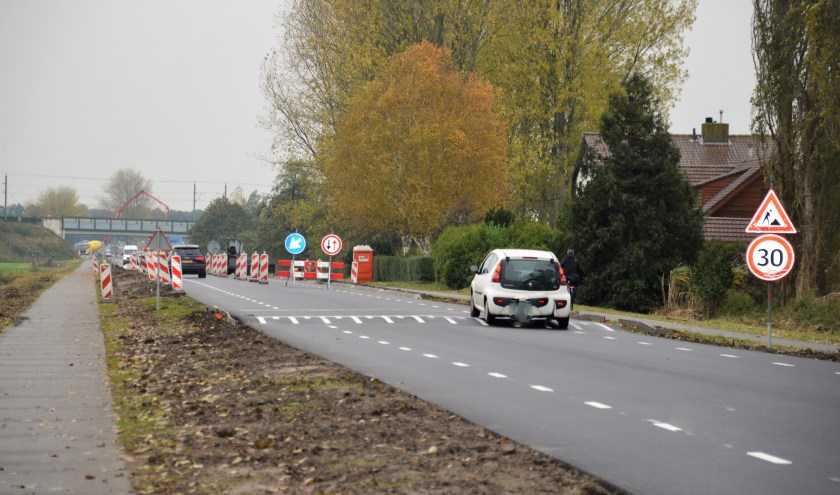 De nieuwe drempel aan de Zuiderzeestraatweg wordt na een ontwerpfout deze week opnieuw aangelegd. (foto: Angela van Erven)