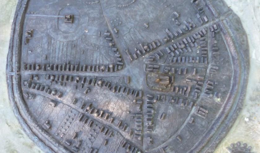 De bronzen maquette die op de Bevervoorde staat en waarin te zien is hoe de stad Rijssen er in de middeleeuwen uit heeft gezien binnen de stadswallen.