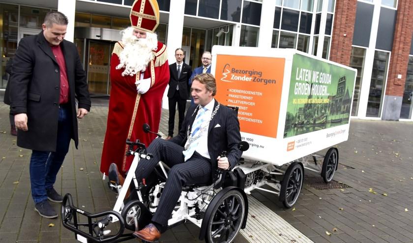 Burgemeester Pieter Verhoeve werd uitgedaagd om een rondje te rijden. Foto: Marianka Peters
