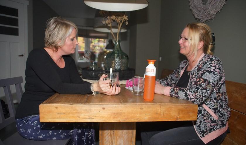 Sandra Breedijk (links) bereidt zich met clientondersteuner Ciska Klomp voor op het gesprek.