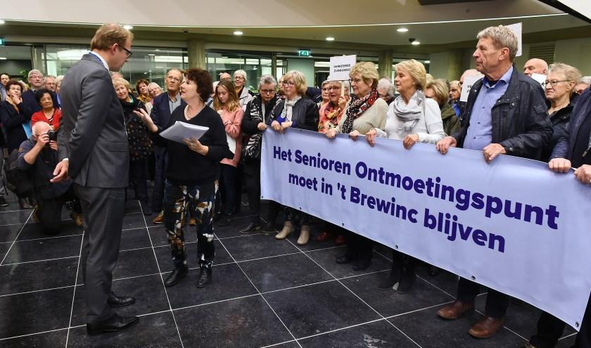 Riet Vermeer biedt de handtekeningen aan aan burgemeester Mark Boumans tijdens de protestactie. (foto: Roel Kleinpenning)