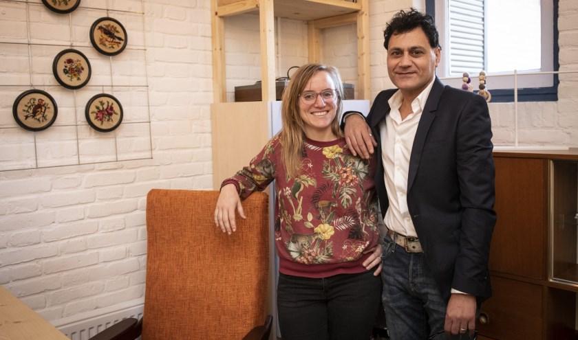 Marga en Tarek in Wijkfabriek Wolfskuil. Als dank vindt voor hen en andere vrijwilligers het Lokaal Compliment plaats. (foto: Jimmy Israël)