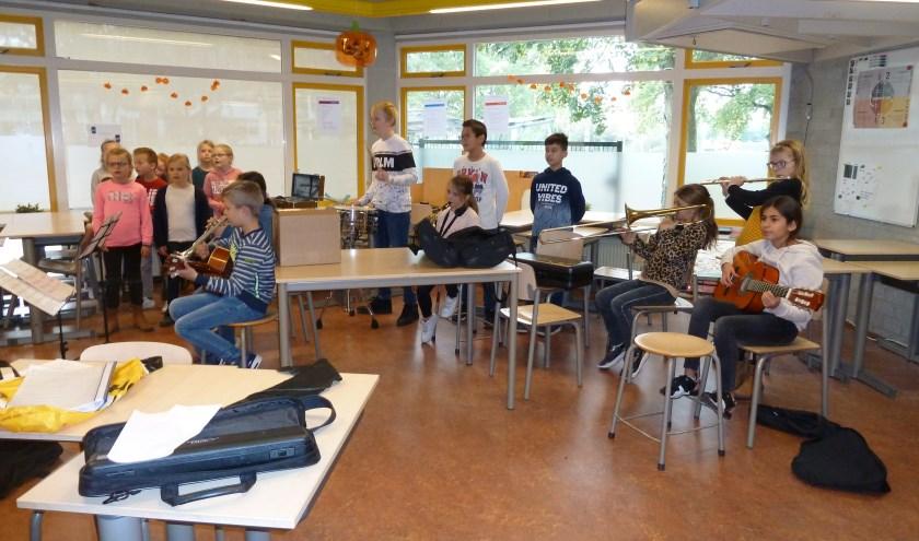 Het schoolorkest en het koor van De Rakt tijden sde wekelijkse repetitie. Foto: Liesbeth van Sas.