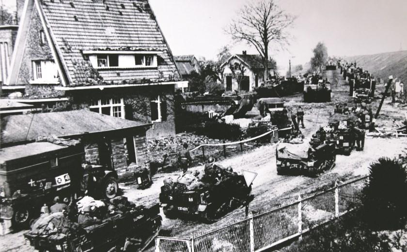 De geallieerden bij het Westervoortse gemeentehuis op weg naar Arnhem.