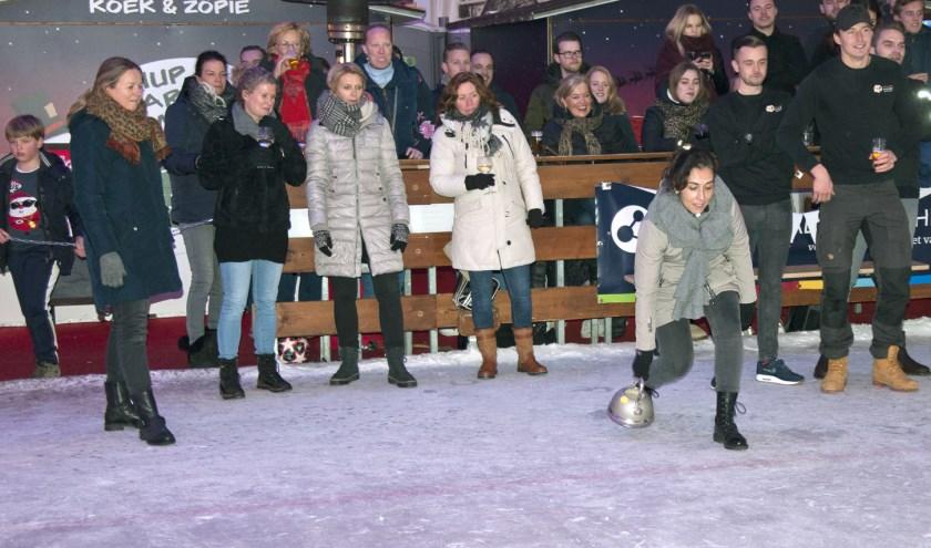 Met vrienden en familie het ijs op voor een eigen curlingwedstrijdje. Foto: Sylvia van Halm
