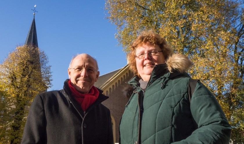 Ds. Kees Lavooij en ds. Caroline van der Leek-Vosmeer voor de Dorpskerk in Vaassen.