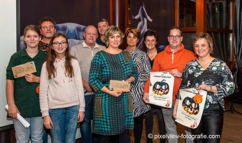 Een aantal prijswinnaars samen met Jacqueline en Hans. Foto: Martin van Wulfen - Pixelview