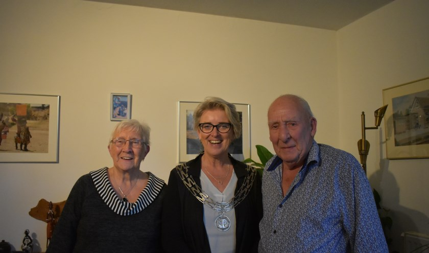 Het echtpaar Bakker kreeg bezoek en cadeau's van burgemeester Doret Tigchelaar. (Foto: Van Gaalen Media)