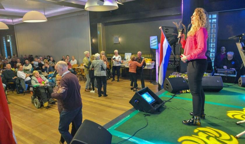 Tijdens de Hollandse Artiestenmiddag van Radio Stad Montfoort in Zalencentrum St. Joseph was er ook een optreden van zangeres Maria Louise. (Foto: Paul van den Dungen)