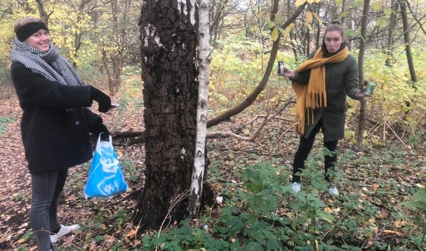 Ecomeisjes aan het afval rapen