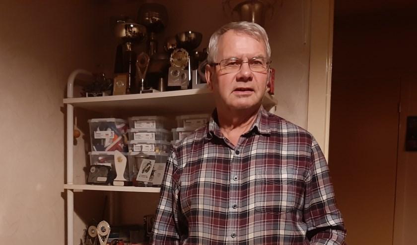 MTC-erelid Theo van der Zijden (72) bij enkele van de vele insignes, medailles en bekers die hij met het motorrijden heeft verworven.