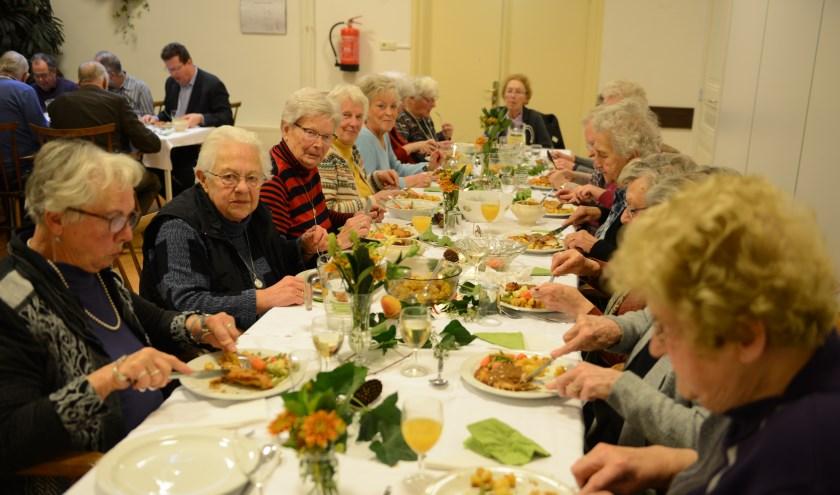 Het maandelijks cafédiner trekt steeds meer bezoekers ze komen niet alleen uit Zoelen.