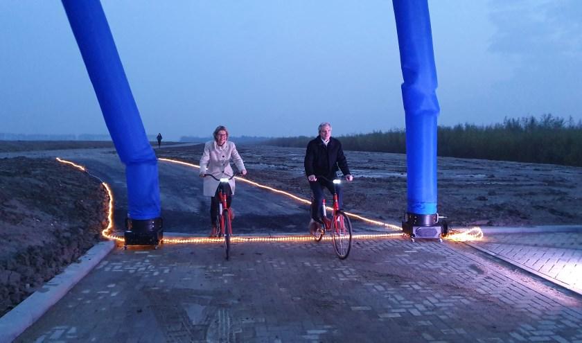 Burgemeester Jolanda de Witte en gedeputeerde Berend Potjer openden de nu nog kale Rhoonse Stort. Foto: Wim Spoormaker