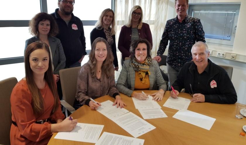 Josine van der Stelt, Pauropus, Els Birkenhäger, Sité, Nelly de Vries, Present en Bennie Hebbink, Stadskamer ondertekenen de intentieverklaring 'Sociaal tuinieren'
