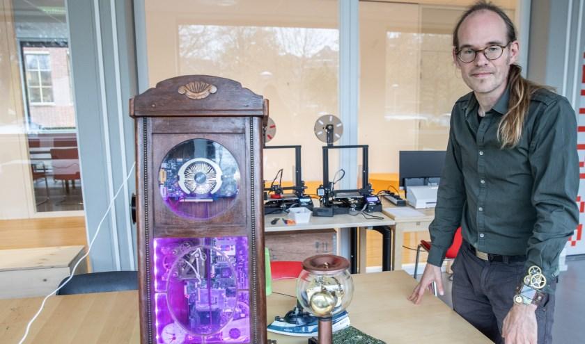 Martijn Bakker maakt nieuwe dingen van oude apparaten zoals klokken en strijkijzers.