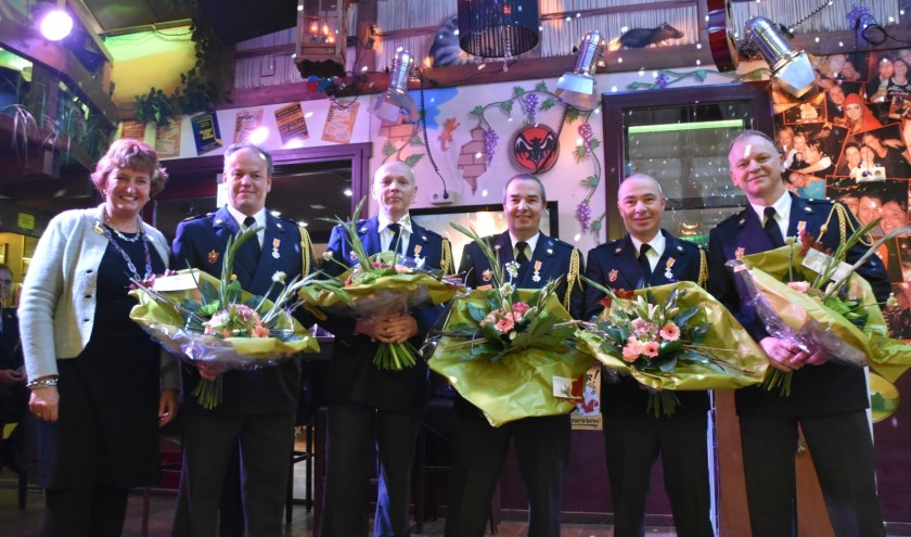 Van links naar rechts: Burgemeester spies, Gerben Zekveld, Gertjan van der Kraats, Nico den Oude en Friso den Oude en ploegchef van brandweer boskoop Ronald Luijken.