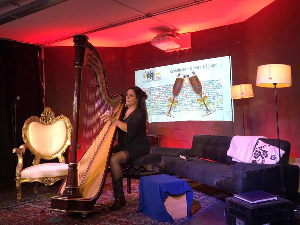 Harpiste Petra Rosa zorgde voor prachtige achtergrondmuziek bij binnenkomst en begeleidde Marcel Fokker later bij zang  © DPG Media