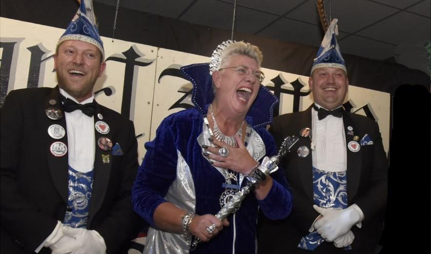 Lizette Oudijk als Grootvorstin d'Heeeurlijkheid met haar raadsheeeuren Coen en Nick. Foto: Marianka Peters
