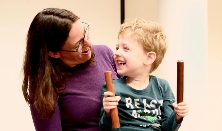 Ouder met kind tijdens de les Muziekplezier van 1 tot 4.