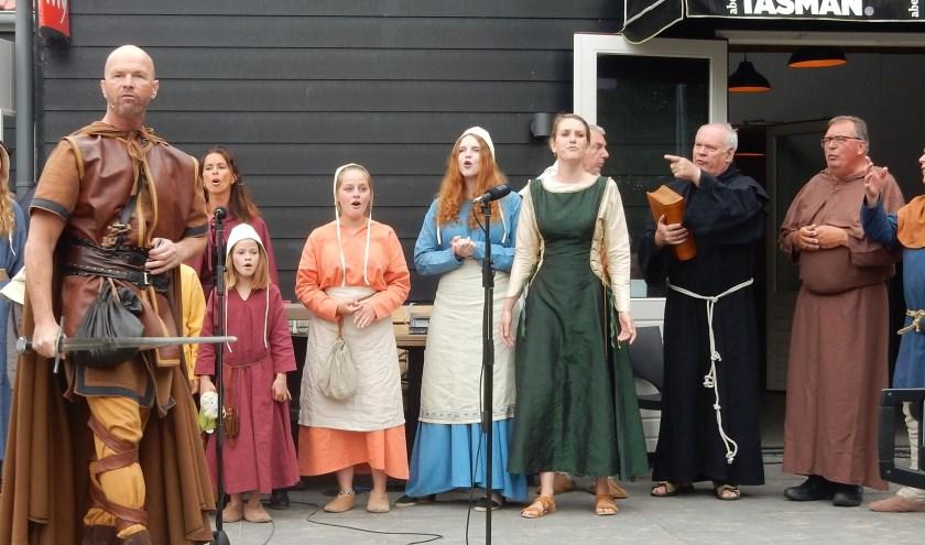 Lokale acteurs spelen de hoofdrol in de musical 'Rolf'. Vrijdag worden twee Rolf-boeken gepresenteerd in het gemeentehuis van Albrandswaard. Foto: Joop van der Hor