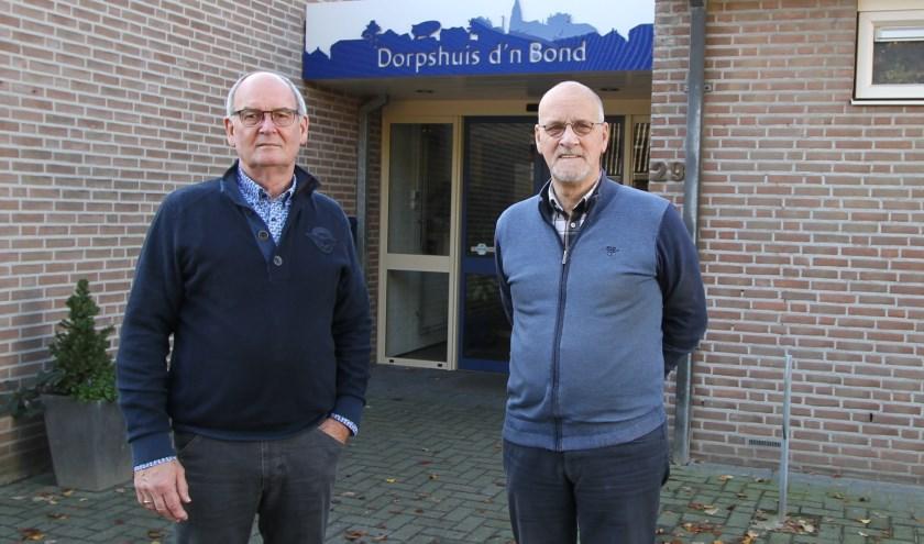 Ad Michielsen en Gerard de Wilt voor de entree van gemeenschapshuis D'n Bond. FOTO: Ad Adriaans.