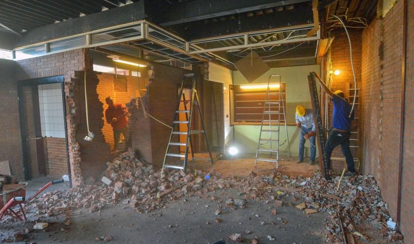 Vrijwilligers zijn inmiddels begonnen met het sloopwerk in het kerkgebouw De Rank, waarna het eerste deel van de verbouwing kan beginnen. (Foto: Paul van den Dungen)