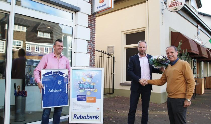 Sponsor en voetbalvereniging zijn blij met het verlengen van de samenwerking. (foto: Ella van den Berg)