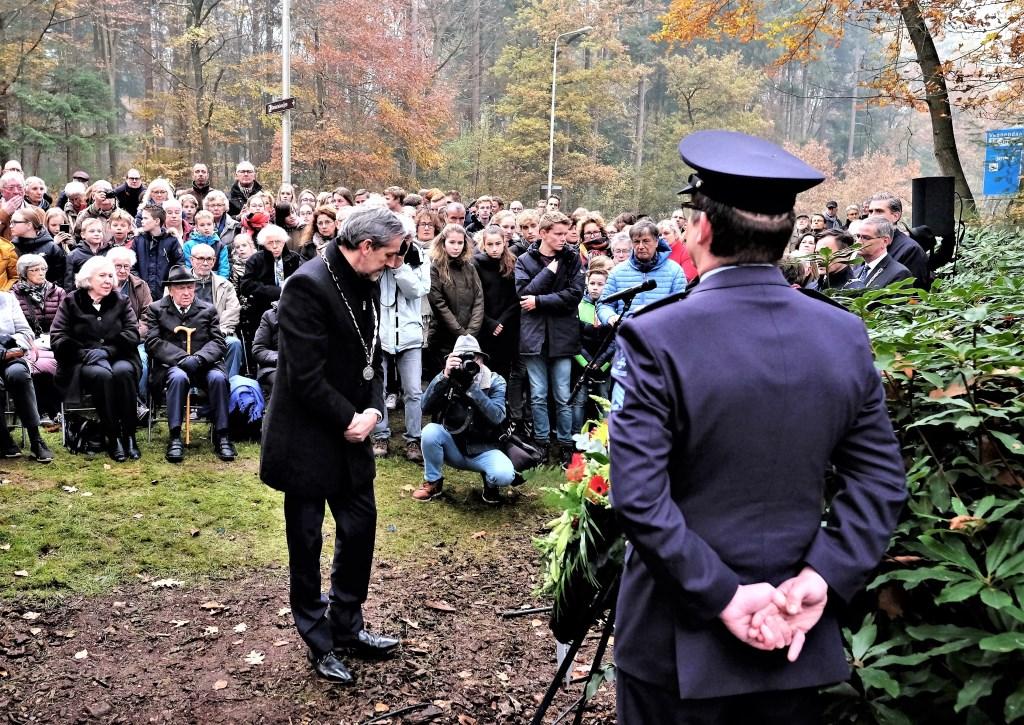 Burgemeester Hans van der Pas van Rhenen legt krans.  © DPG Media